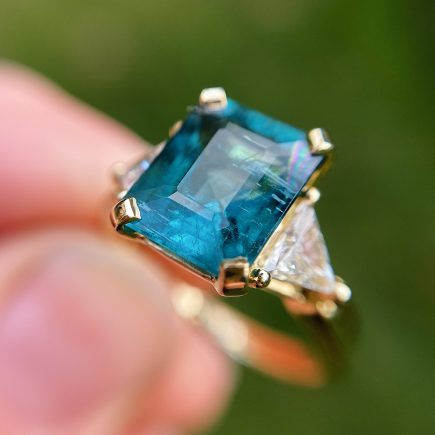 18ct yellow gold and Indicolite tourmaline ring with triangle diamonds shoulders